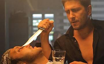 """Асен Блатечки изпълнява мокри поръчки във филма """"Пистолет, куфар и три смърдящи варела"""""""