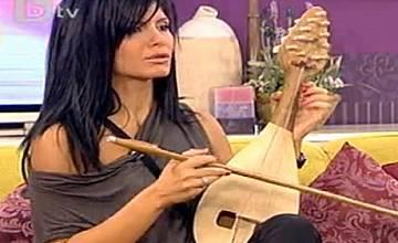 Анелия свири на гъдулката