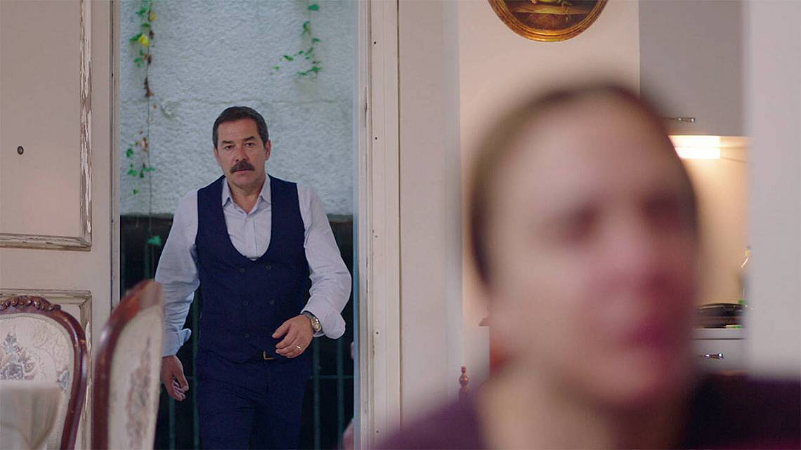 Сахер  опитвайки се да накаже дъщеря си Джарен за тормоза над Недим, ще бъде разкрита от Агях.