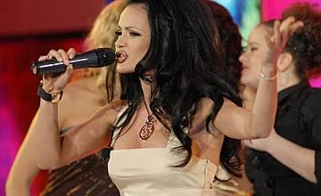 Пет жени се борят за място в Music Idol
