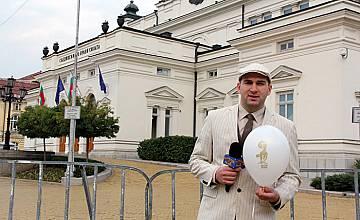 """""""Господари на ефира""""  изсипаха 240 златни скункса пред парламента"""