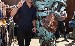 Хю Джакман  до роботите от филма ЖИВА СТОМАНА на Comic Con