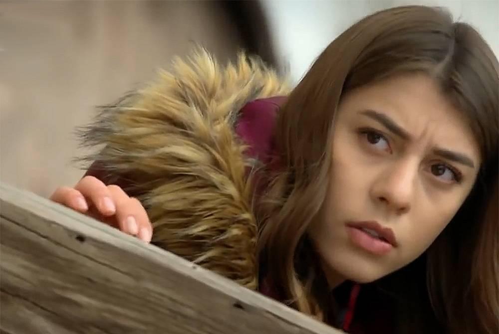 Зайнеп следи за Есин и с изненада разбира, че тя се среща с Бора...