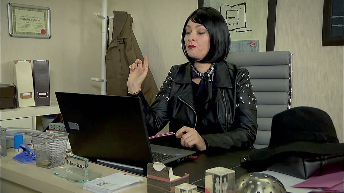 От компютъра на Емре, Есин изпраща сайта с онази обява на Зайнеп, до всички, който работят в болницата....