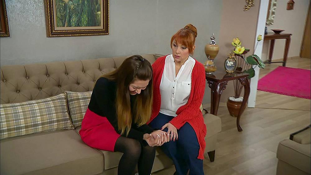 Джансу признава на майка си, че се е влюбила в Емре