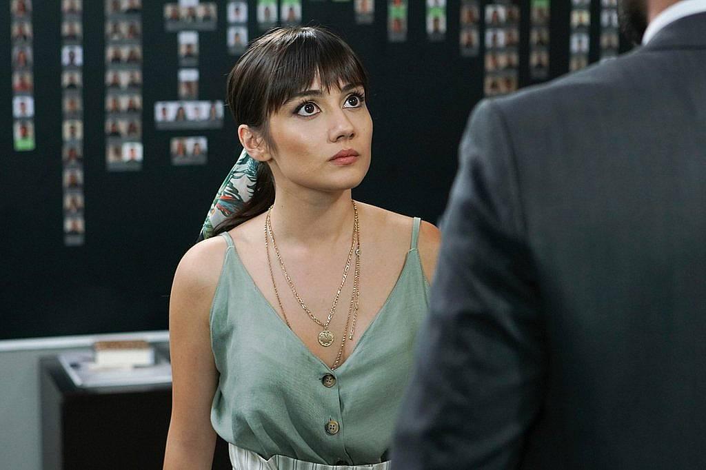 Алихан иска да се видят със Зайнеп, за да и каже нещо важно, но тя  му казва, че  ако е важно, може да и го каже и тук, и му отказва.