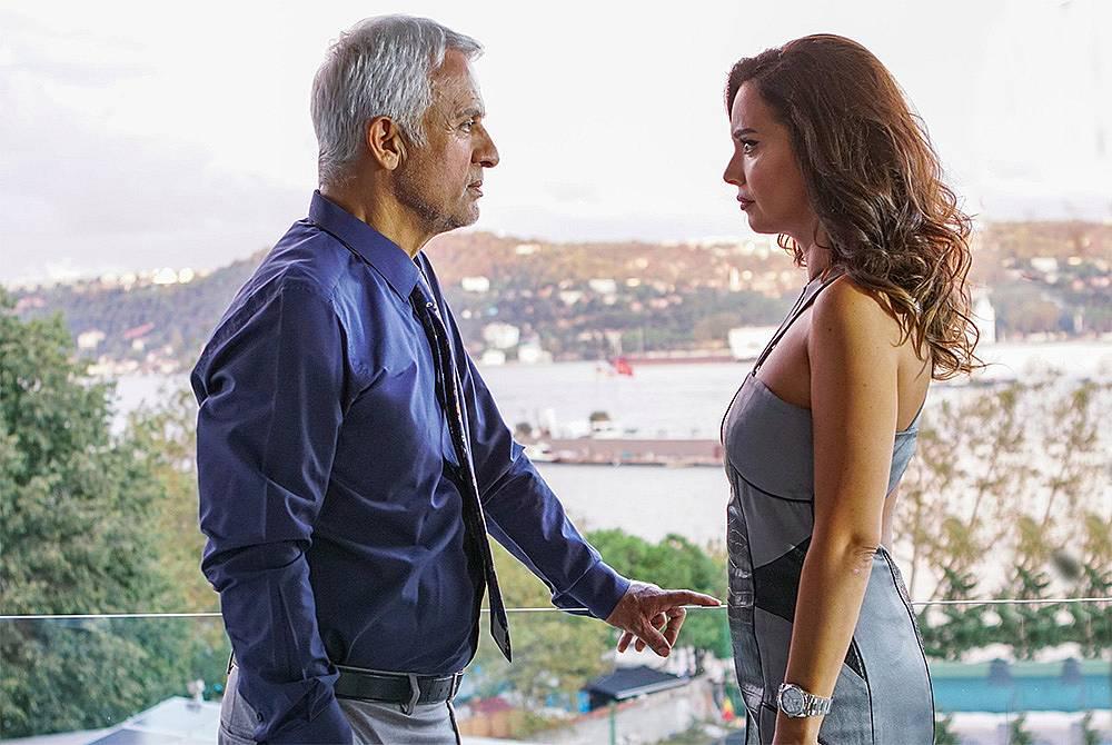 Халит казва на Дафне, че е влюбен в жена си и не иска да я вижда около Йълдъз