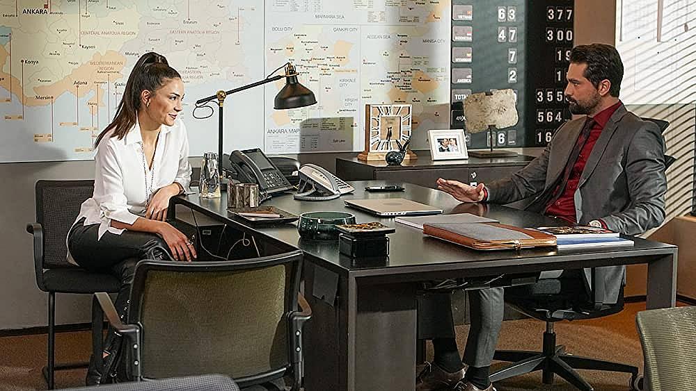 Хира признава на Алихан, че благодарение на Зайнеп, тя е направила първата крачка към него.