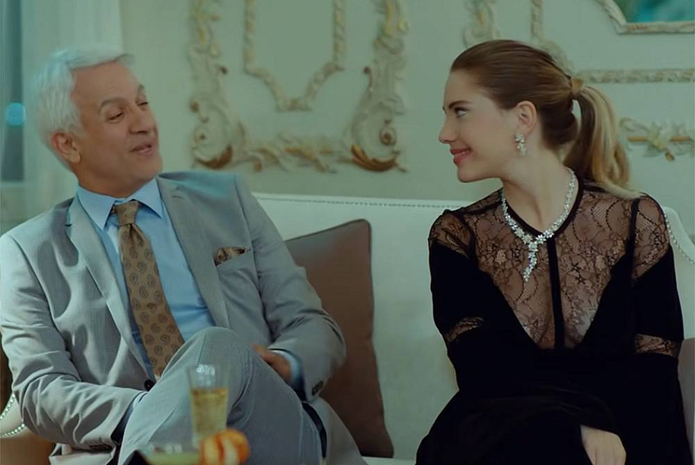 Халит е поканил гости и пред тях двамата с  Йълдъз се държат  все едно са най-щастливата и влюбена двойка на света.