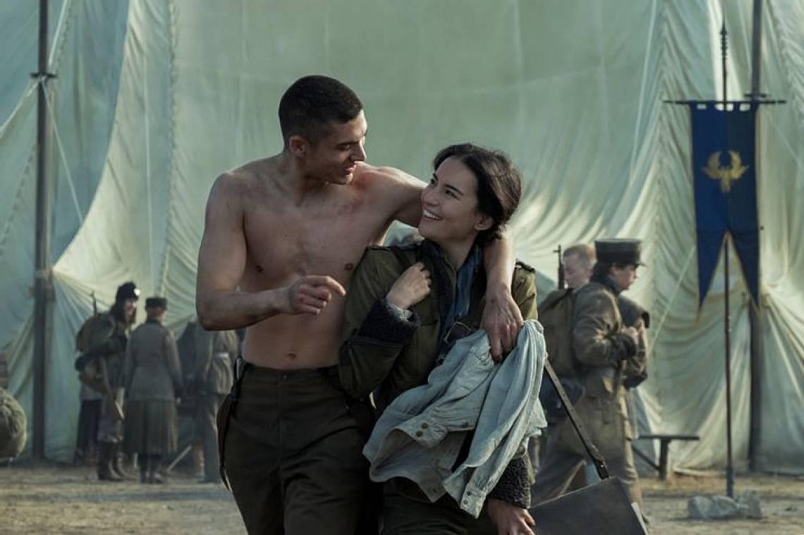Арчи Рено в ролята на Мал Орецев и Джеси Мей Ли в ролята на Алина Старков