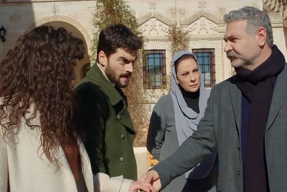 Филипос идва в имението на Асланбей и казва на Миран, че е дошъл да ги види, защото има нещо да им каже