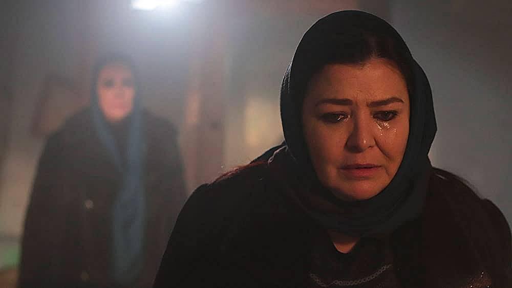 Ханифе се среща с Азизе и  ѝ казва, че повече няма да  ѝ помага...