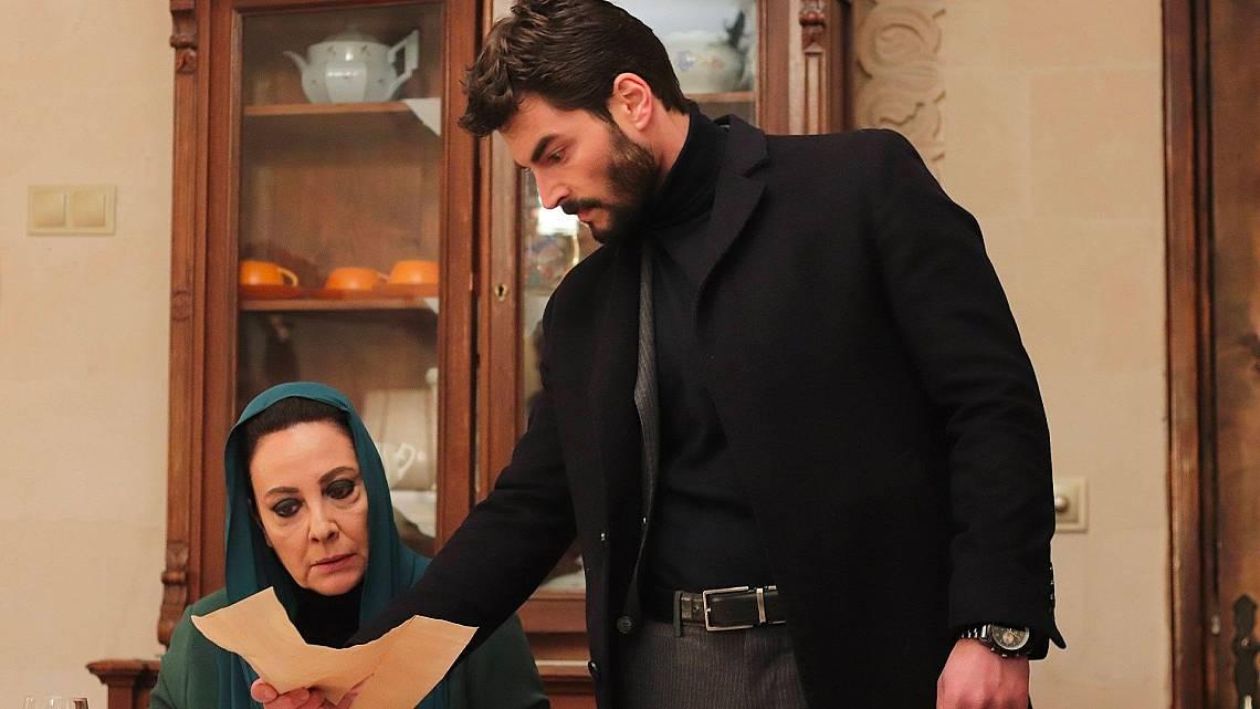 Миран показва писмото на Азизе