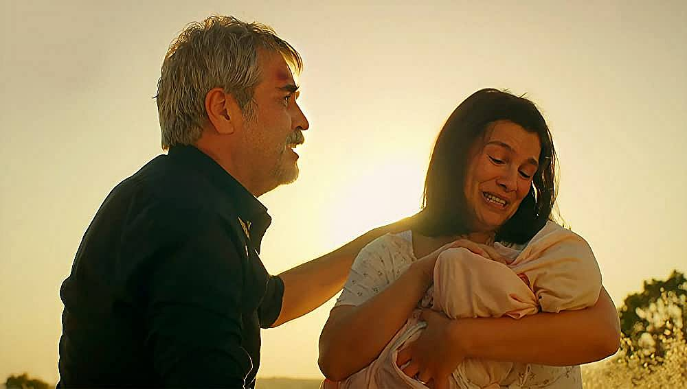 Зехра ражда дъщеря си в полето с помощта на Хазар.