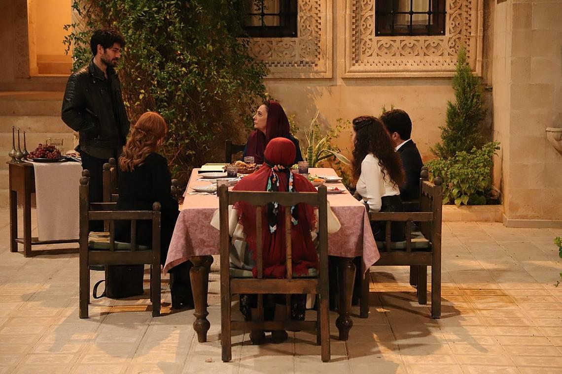 Аслан идва на семейната вечеря в имението на Асланбей
