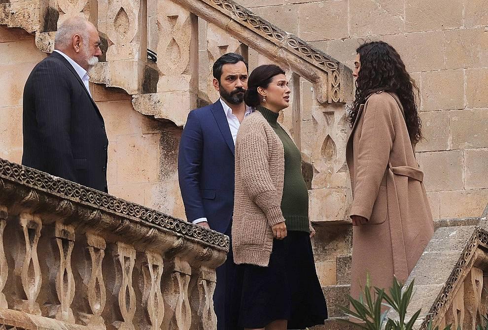 Реян казва на родителите си, че отива в имението на Асланбей