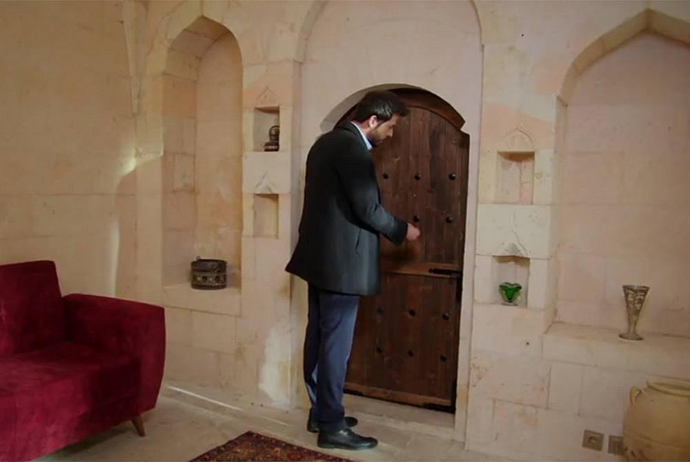 Азат моли Елиф да отвори вратата на стаята им
