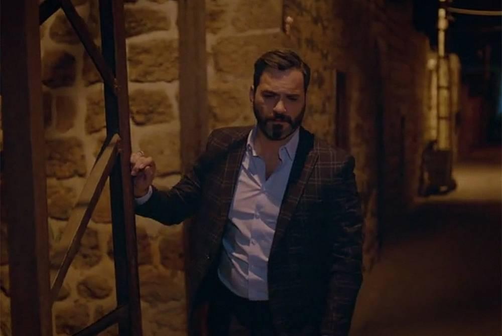 Джихан ходи из пустите тъмни улици на Медиат и не може да си прости, че се отнасял лошо с Реян, след като е знаел истината, че дъщеря му е виновна.