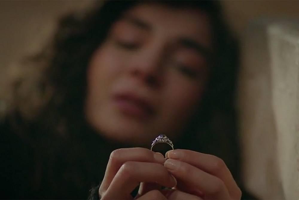 Реян седнала на стълбите гледа пръстена на Дилшах, а Миран в имението на Асланбей гледа снимките на двете си любими жени – Реян и Дилшах...